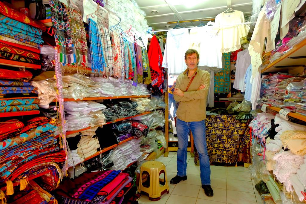 Si Pedagang Baju Tradisional Turki di Sirince.