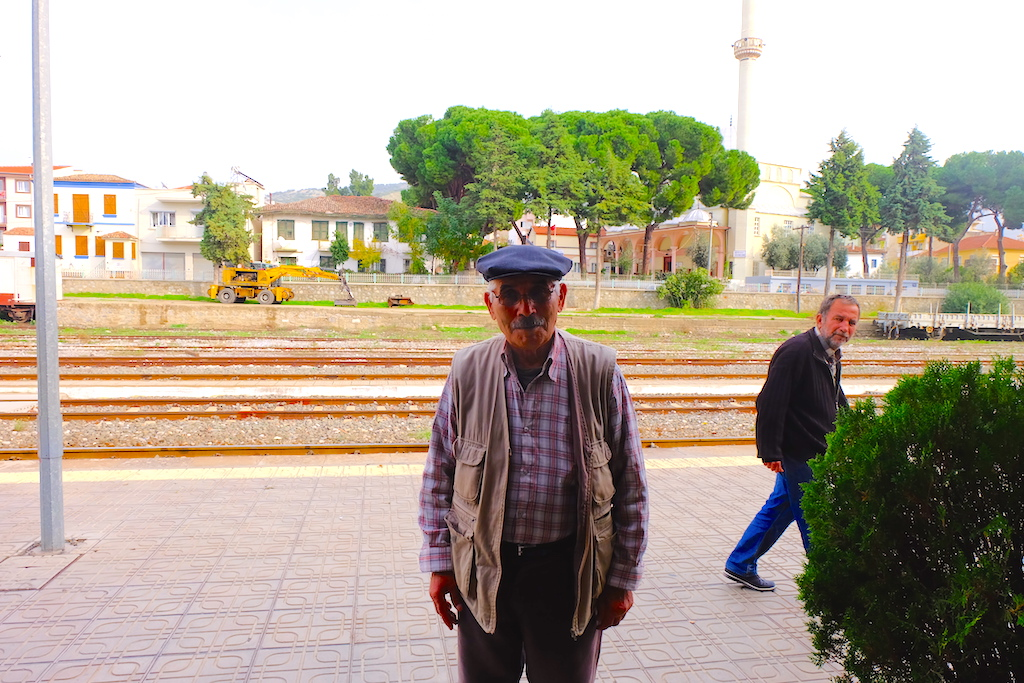 Seorang kakek yang tiba-tiba mendatangi saya dan minta difoto ketika saya sedang menunggu kereta.
