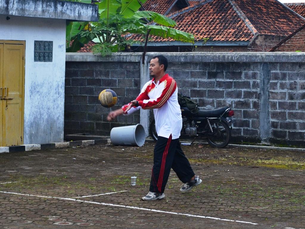 Pak Haji saat bermain voli yang menjadi olahraga favoritnya.