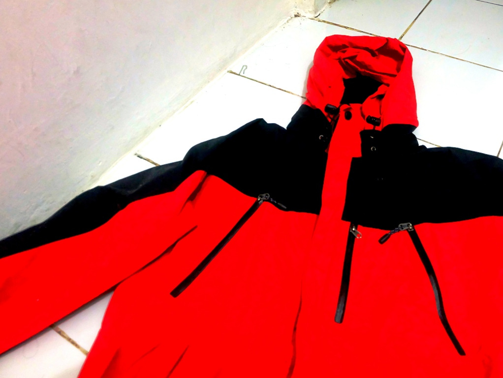 Jaket fitur paling lengkap yang saya punya. Gore Tex, inner, seal, double resleting, hoodie