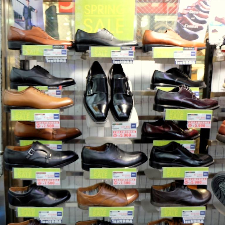 Saat di Sapporo, toko sepatu sedang mengadakan Spring Discount
