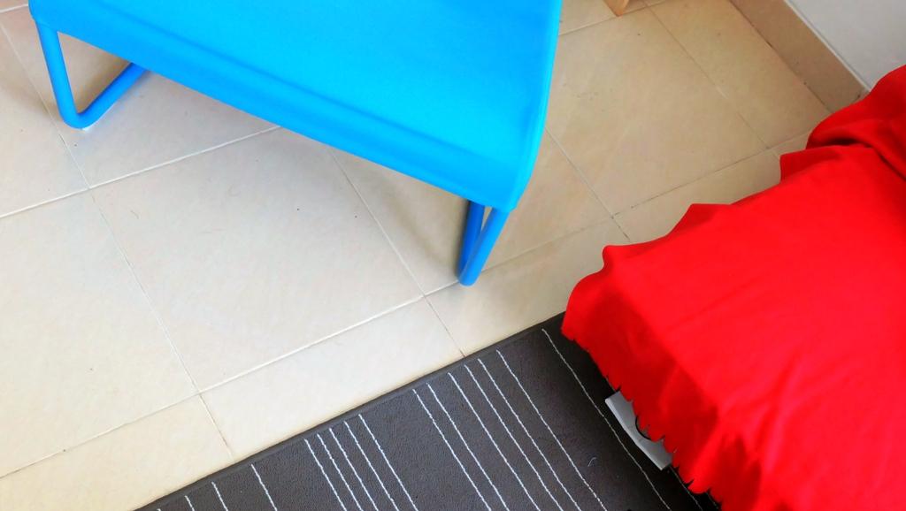 Kursi tamu, karpet dan sarung sofa dari IKEA