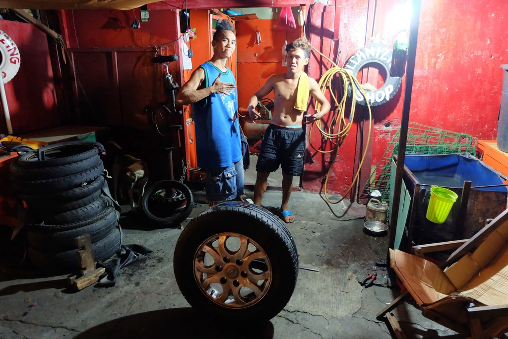 Senyum orang Manila. mereka adalah tukang tambal ban / vulcanizing shop di Manila