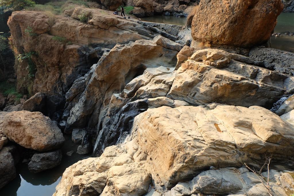 Batuan di Curug Cimarinjung