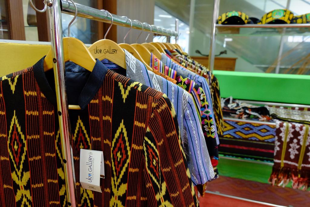 Baju dari kain tenun