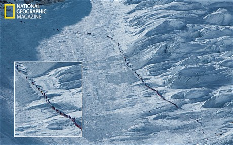 Antrian mendaki Everest. Arsip National Geographic
