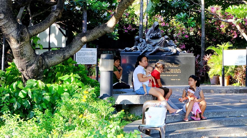 Ibu-ibu bergerombol di Intramuros