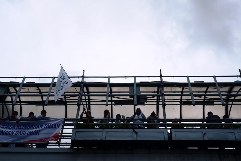 Para peserta aksi di atas jembatan penyeberangan