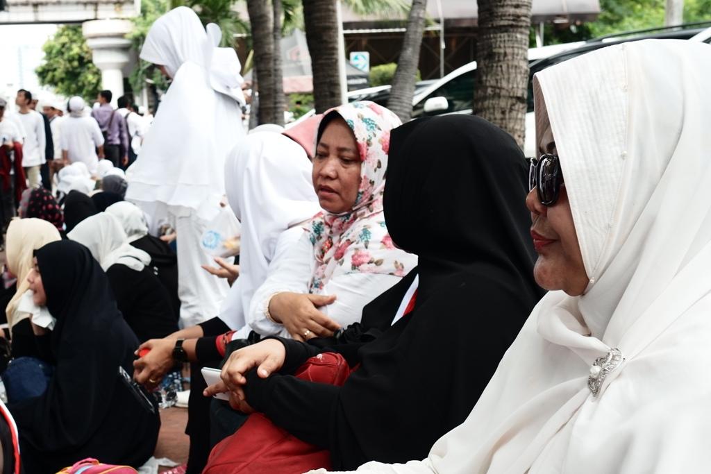 Rombongan ibu-ibu muslimah